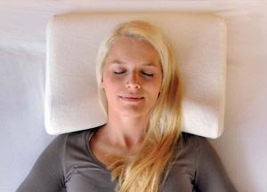 Женщина на ортопедической подушке Sissel
